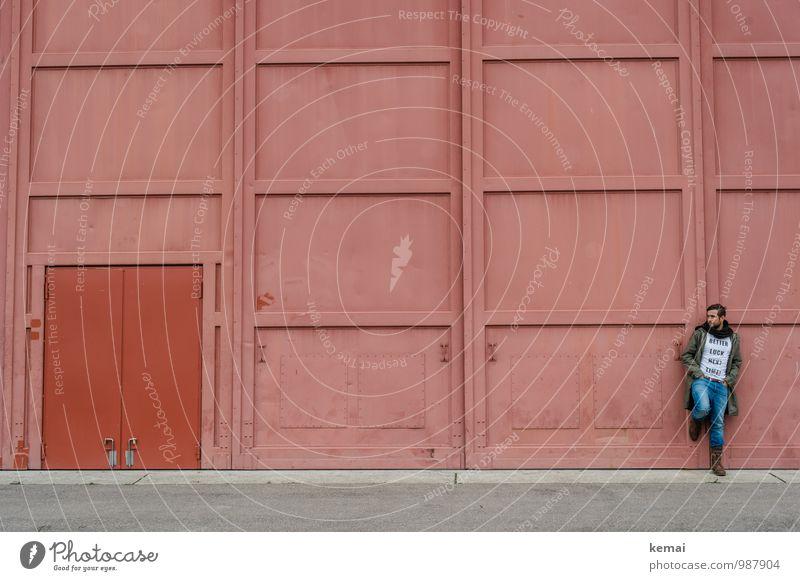 Auf einem Bein Lifestyle Stil Mensch maskulin Junger Mann Jugendliche Erwachsene Leben Körper 1 18-30 Jahre Mauer Wand Tür Fassade Tor Jeanshose Mantel Schal