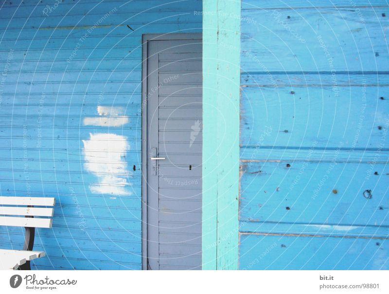 BLAU, BLAU, BLAU ist alles was ich habe Holzhaus Holzhütte hell-blau weiß Holzbank Farbfleck Renovieren Sanieren Anstrich Fleck Skandinavien skandinavisch