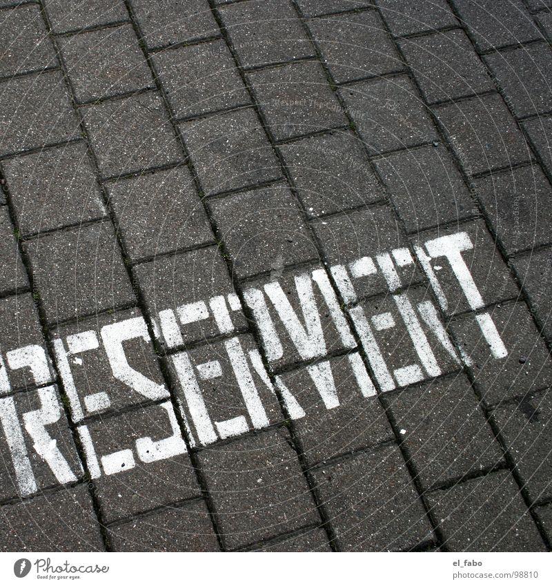 sei doch nicht so... weiß Farbe Stein Beton Verkehr Schriftzeichen Buchstaben Ostsee Parkplatz Rügen Pflastersteine reserviert Schablone Sassnitz 08 15