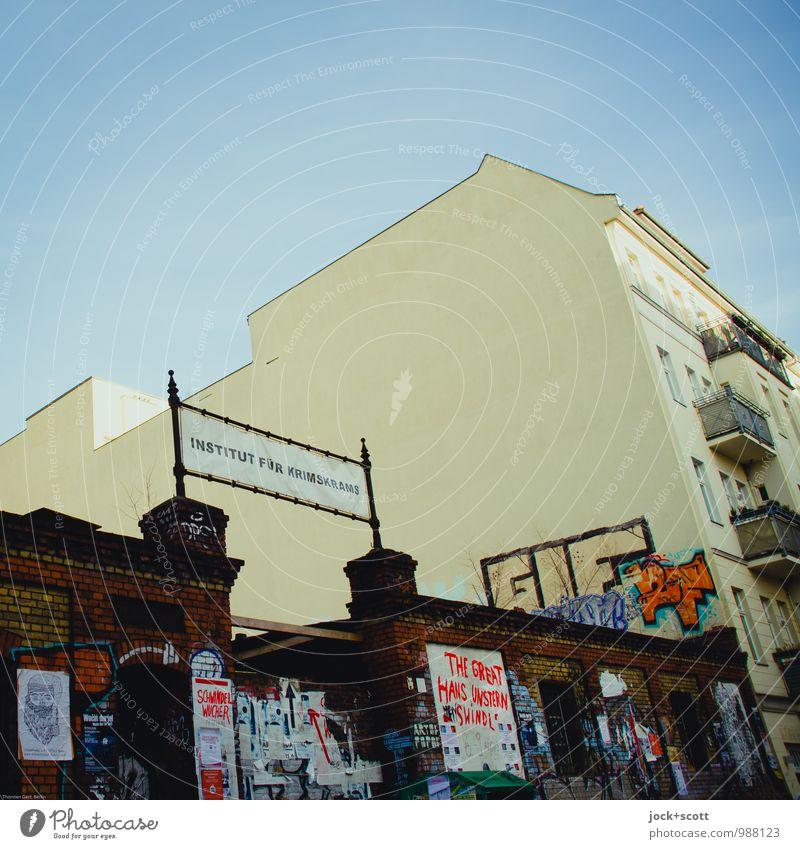 Krimskrams Inst. Freude Subkultur Institut Straßenkunst Wolkenloser Himmel Friedrichshain Stadthaus Mauer Wand Brandmauer Toreinfahrt Graffiti Wort lustig