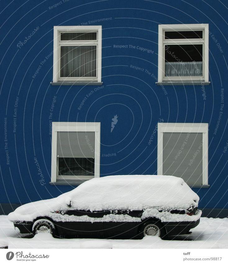 Blaues Haus Schnee weiß Fenster kalt Winter PKW blau