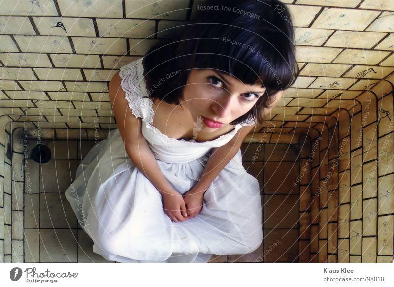 TO HAVE TO GO OUT Frau schmollen Augenbraue Kleid weiß schwarzhaarig Hundeblick Trauer Angst Wut winzig Vogelperspektive Froschperspektive Porträt eng