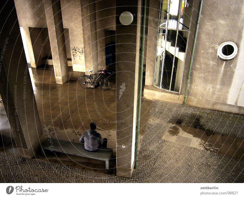 Radtour {f} = cycle tour Haus Durchgang Einfahrt Eingang Hauseingang Vorhalle Dach Schutzdach Regen Regenrinne sitzen hinsetzen Pause Erholung Posten Pfütze