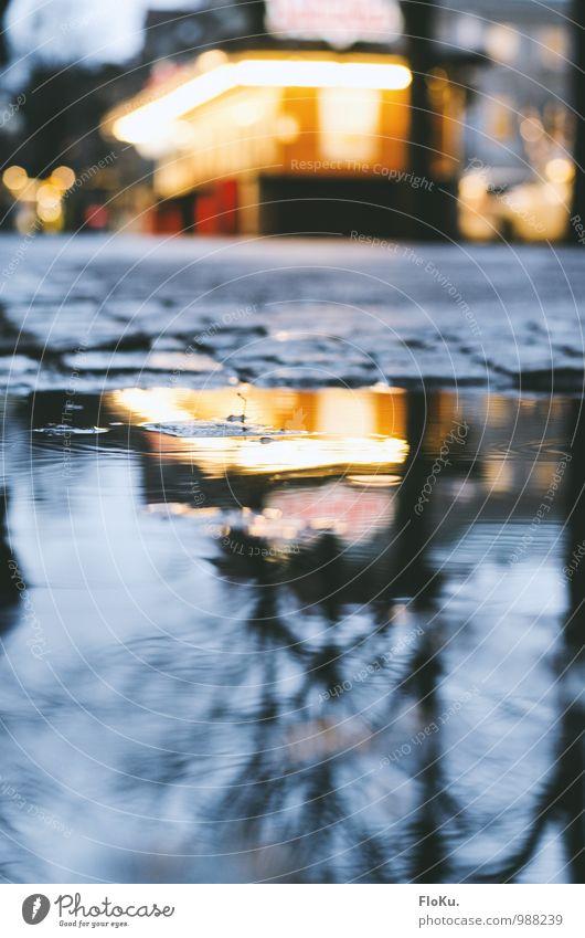 Imbiss in der Pfütze Wasser Herbst Winter schlechtes Wetter Regen Göteborg Stadt Stadtzentrum Menschenleer Hütte Verkehrswege Straße Wege & Pfade nass blau gelb