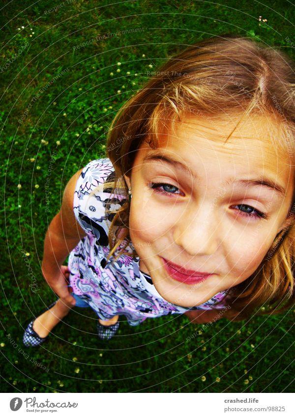 Was guckst du? Kind Jugendliche grün Freude Auge Haare & Frisuren Gras lustig blond Mund Nase Kleid grasgrün Ballerina