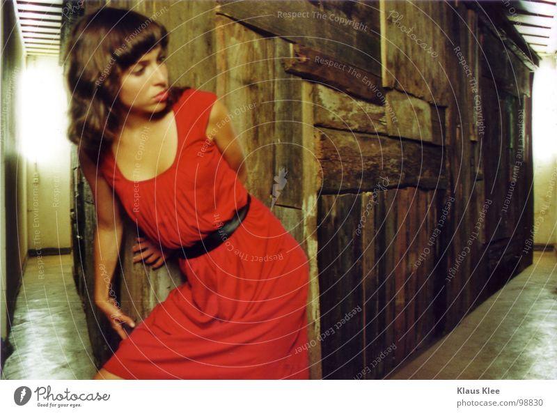 Haus3 Frau Jugendliche rot Raum Angst Ecke Kleid Panik