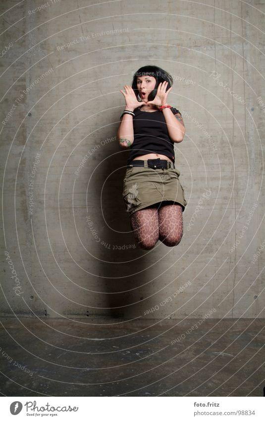 sprung Frau Jugendliche schön Freude Ferne Wand springen Luft Mund Raum Beton hoch Erfolg offen Porträt schreien