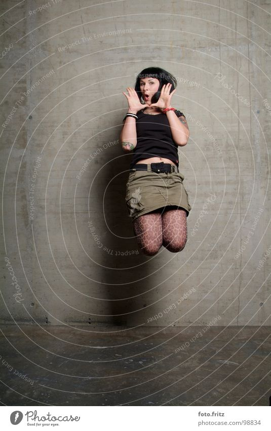 sprung Frau Jugendliche springen Ferne schön interessant Beton Wand Überraschung schreien Luft Strümpfe Ärger Porträt Freude Erfolg Raum hoch Tattoo Mund offen