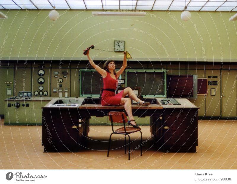 TO PLAY WITH THE BOMB . Frau süß Kleid rot fantastisch Lampe Tisch Dach diffus Mensch Atombombe töten Telefonhörer Bombe Schalter Rad Knöpfe Elektrizität heizen