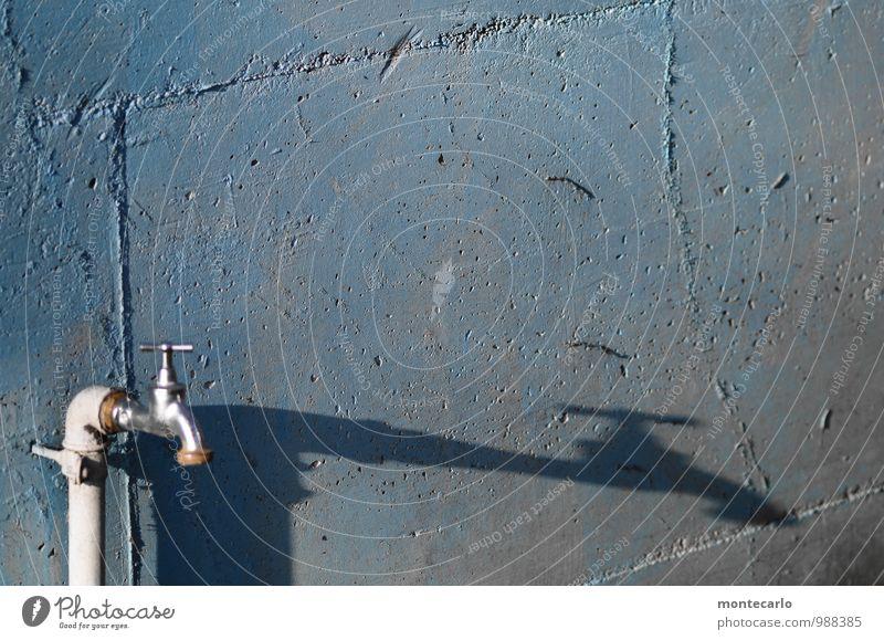 Feuchtigkeit | Spender Umwelt Mauer Wand Wasserhahn Beton Metall alt dünn authentisch einfach fest frisch glänzend hell lang rund trocken blau silber Farbfoto