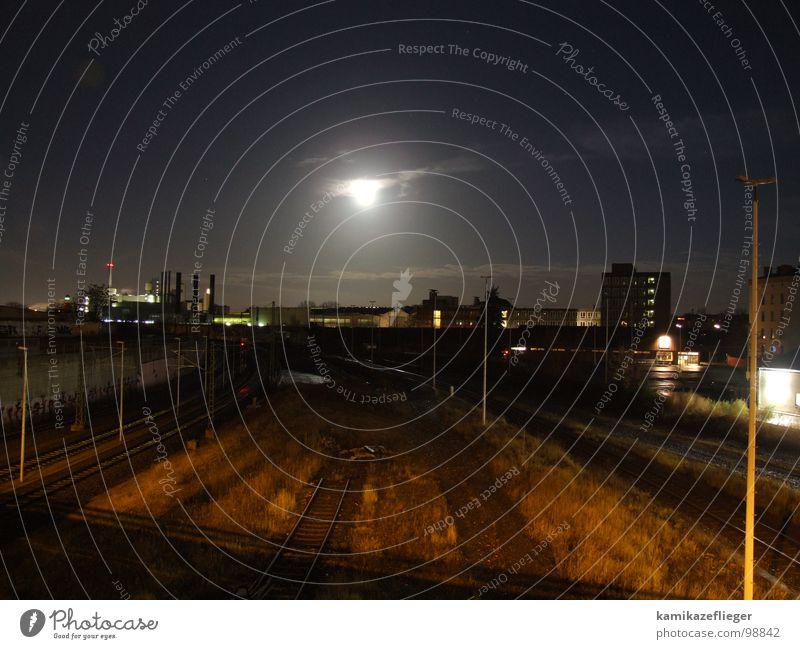 Vollmond über der Stadt Himmel Wolken Berlin Gras Hochhaus Brücke Gleise Laterne Mond Nacht
