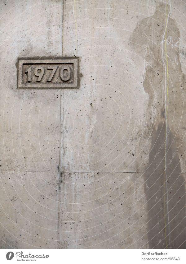 1970 - unbesprühte Zeiten Wand grau Stein Mauer Graffiti Beton Schilder & Markierungen Zeit leer trist Baustelle Vergänglichkeit verfallen Vergangenheit Bauwerk Jahr