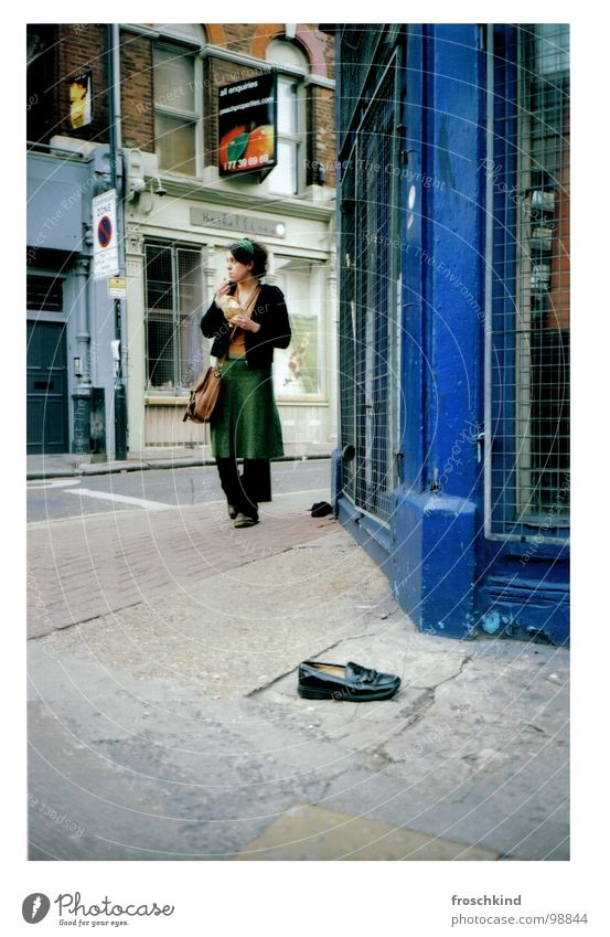 'Round the cornershop in East London' Frau blau Ernährung Straße Schuhe Spaziergang Ladengeschäft England gehen
