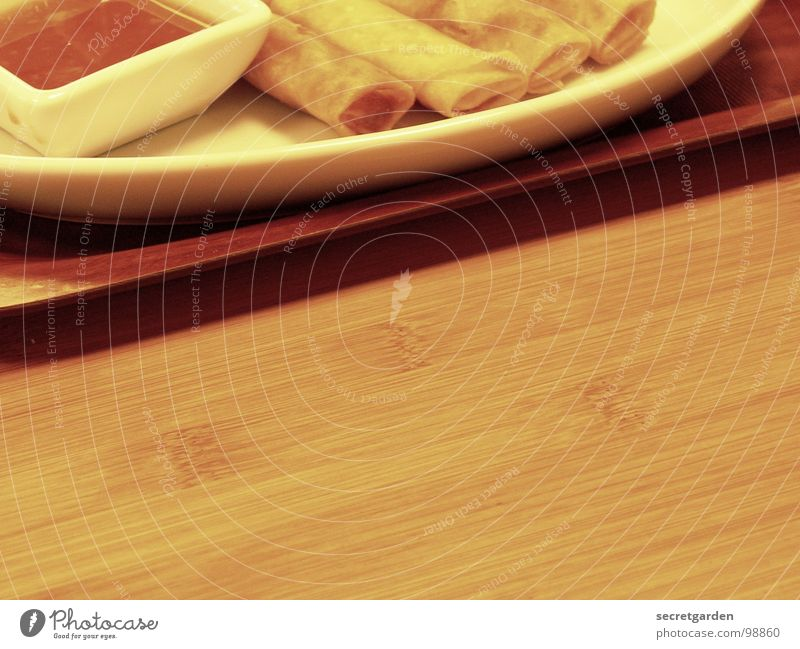 flühlings-lollen Ernährung Saucen Tablett Tisch Holz Restaurant Am Rand braun dunkel Gastronomie Teller 4 Oval halbdunkel lecker Vorspeise Asien weiß Korea
