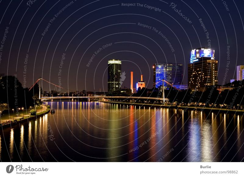 Lichter im Main Farbe glänzend Frankfurt am Main Nachtaufnahme