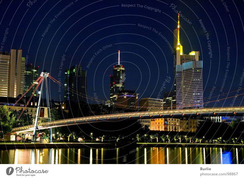 Wolkenkratzer-Brücke Frankfurt am Main glänzend Langzeitbelichtung Nacht. Main Licht Lampe Farbe