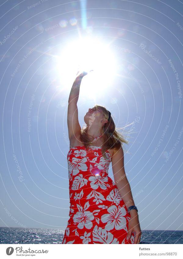 Sonnenfang Wasser Meer Blume Sommer Strand Ferien & Urlaub & Reisen blond Wind Kleid Griff Mallorca Himmelskörper & Weltall Spanien Hibiscus