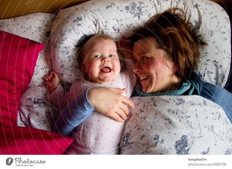 li_004 Wohnung Kindererziehung Mensch feminin Baby Kleinkind Mädchen Frau Erwachsene Eltern Mutter Familie & Verwandtschaft 2 Erholung Lächeln lachen liegen