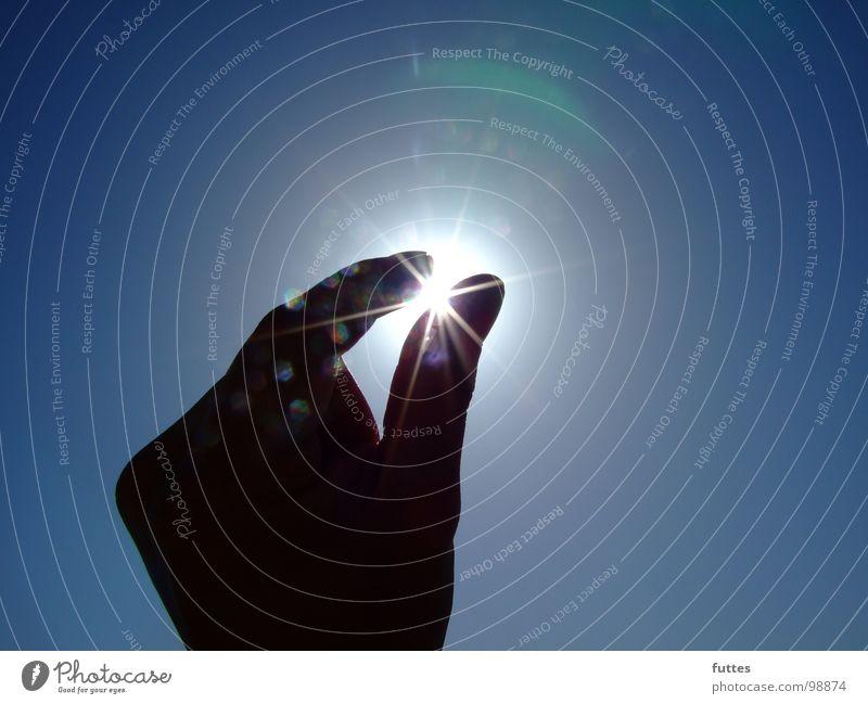 Rohdiamant Hand Himmel Sonne blau Sommer Luft Finger