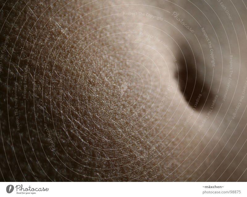 schöööner Bauch schön dunkel Wärme Haare & Frisuren Haut dünn dick Loch Tiefenschärfe Glätte Bauchnabel behüten Pore