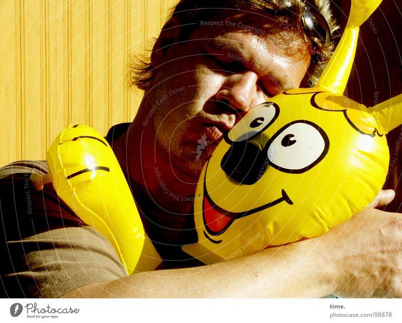 Symbioticals Mann Freude Liebe gelb lachen Luft Freundschaft Zufriedenheit Erwachsene Kommunizieren Küssen Spielzeug Statue Sonnenbad Sonnenbrille Humor