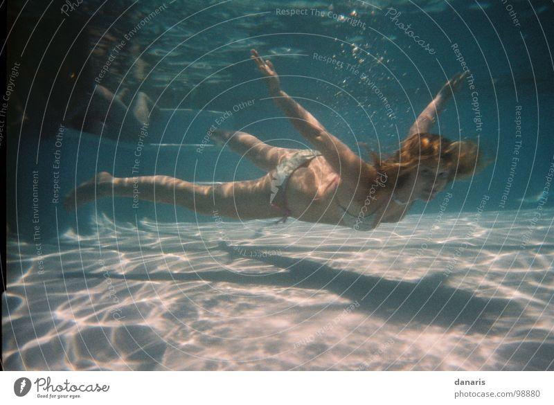 fly in the water... Schwimmbad tauchen Wasser tief swimming fliegen Unterwasseraufnahme Schwimmen & Baden