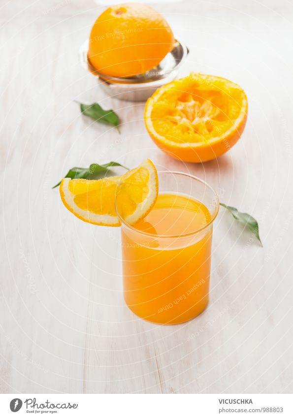 Glas mit Saft, gepressten Orange und Zitrus-Presse Lebensmittel Frucht Getränk Geschirr Stil Design Natur gelb glass Orangensaft Zitruspresse Blatt frisch