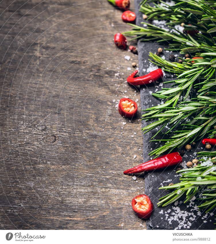 Rosmarin, gehackte Chili und Salz, Holz Hintergrund Lebensmittel Kräuter & Gewürze Ernährung Bioprodukte Diät Stil Design Gesunde Ernährung Küche Natur gelb