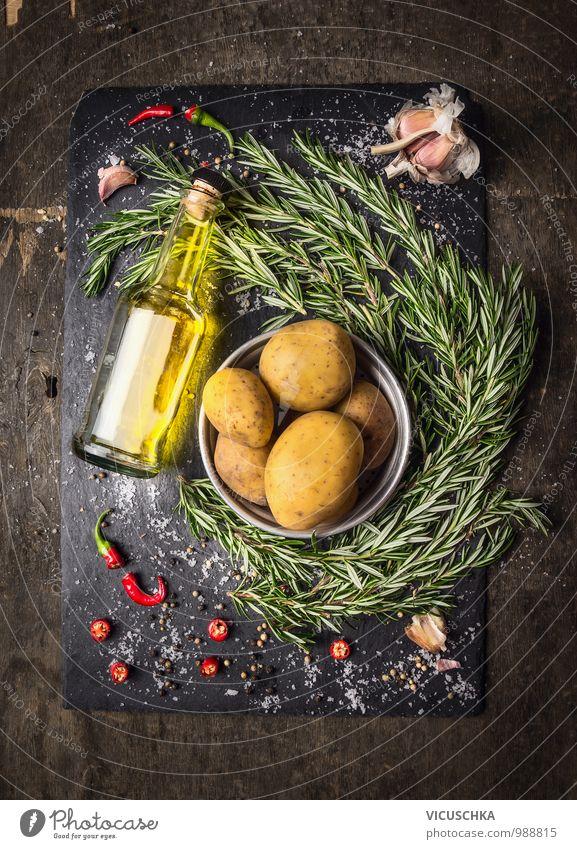 Kartoffeln mit Rosmarin , Gewürze und eine Flasche Öl. Gesunde Ernährung Leben Stil Lebensmittel Foodfotografie Design Ernährung Getränk Kochen & Garen & Backen Küche Kräuter & Gewürze Gemüse Bioprodukte Geschirr Schalen & Schüsseln Flasche