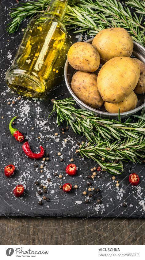 Rosmarin Kartoffeln zubereiten mit Gewürzen und eine Flasche Öl Gesunde Ernährung Leben Stil Lebensmittel Design Küche Kräuter & Gewürze Gemüse Bioprodukte