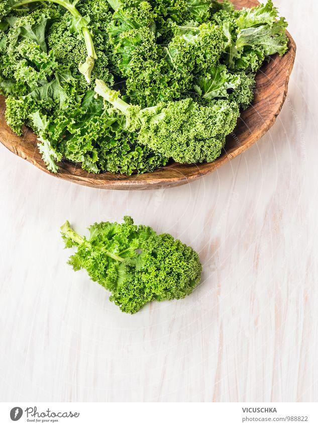 Grünkohl Blätter in Holzschüssel Lebensmittel Gemüse Salat Salatbeilage Kräuter & Gewürze Ernährung Festessen Bioprodukte Vegetarische Ernährung Diät