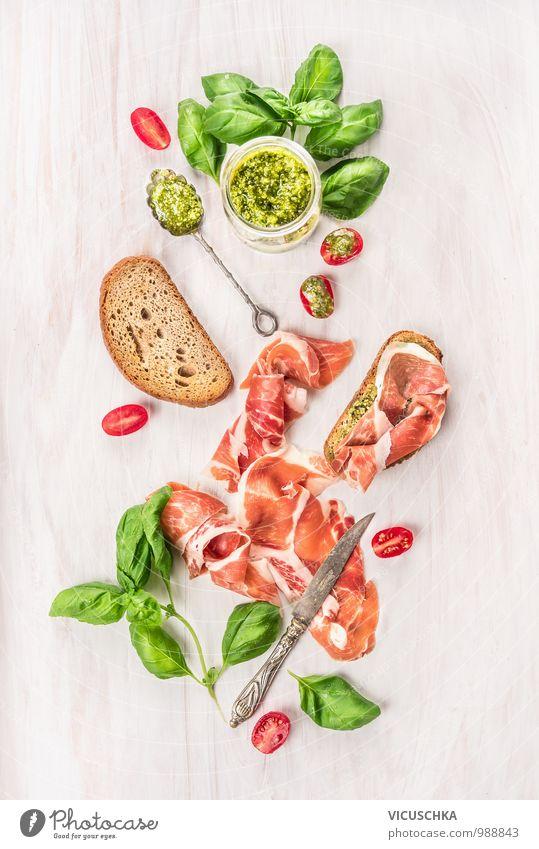 Parmaschinken mit Toastbrot , Basilikumpesto und Tomaten Stil Lebensmittel Foodfotografie Design Ernährung Küche Kräuter & Gewürze Gemüse Geschirr Stillleben