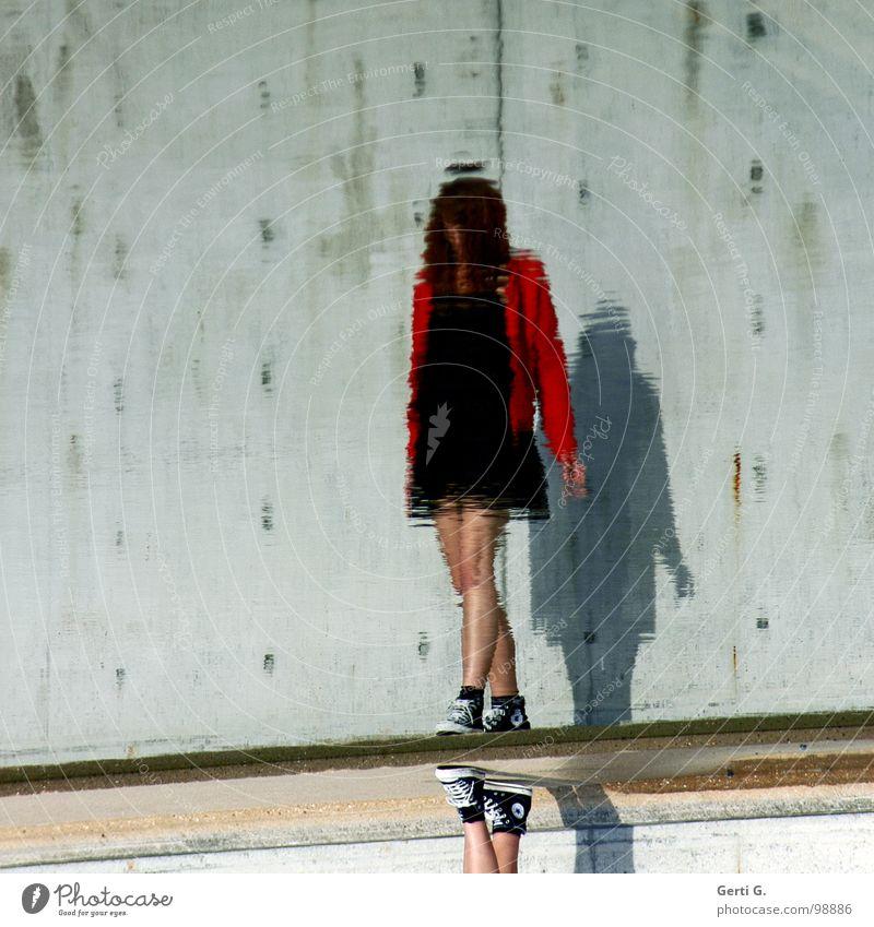 faceless Frau Mensch Wasser Himmel grün blau rot ruhig schwarz Wand Gefühle grau Stein Mauer Schuhe Beine