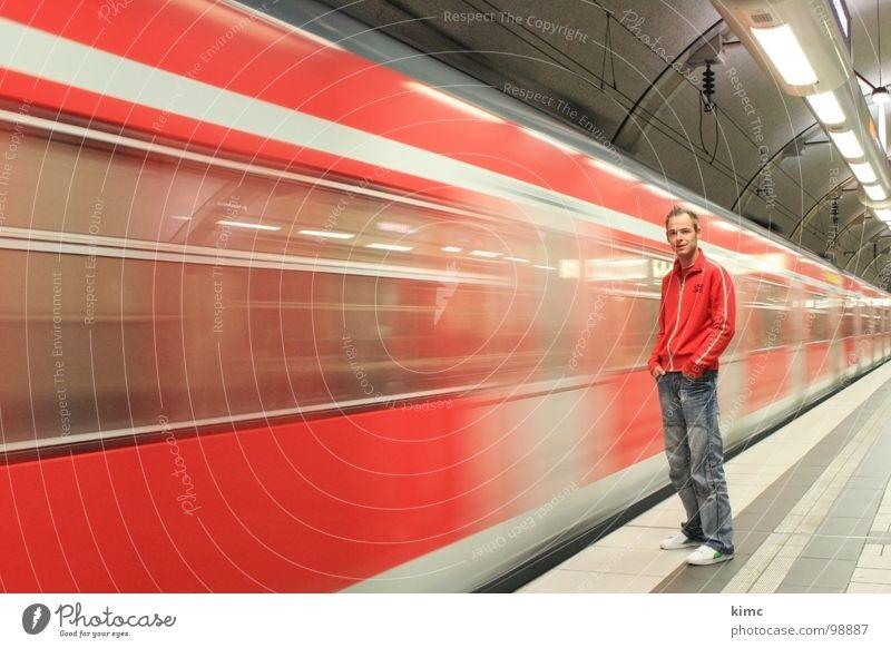 Zug-Abfahrt Mensch Jugendliche Ferien & Urlaub & Reisen Stadt Wege & Pfade Bewegung Freizeit & Hobby warten maskulin Verkehr Tourismus Geschwindigkeit Coolness