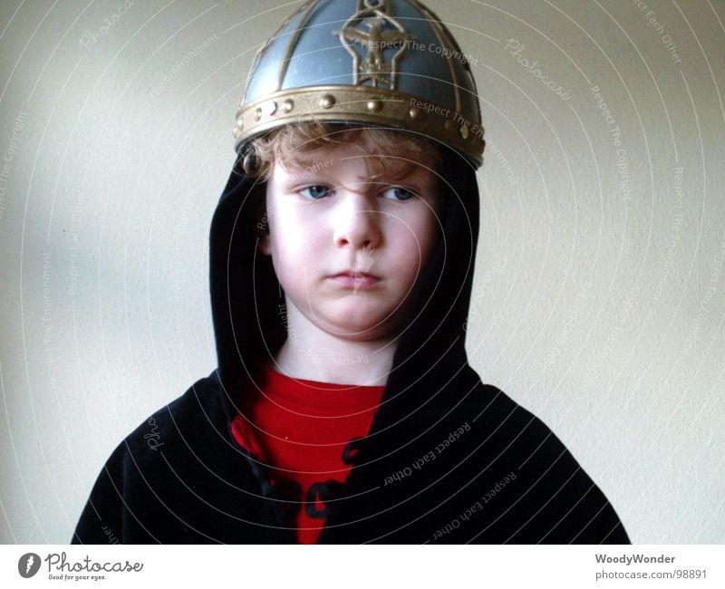 Prinz Hasenherz Kind Junge träumen Traurigkeit Denken Trauer Maske Karneval Sehnsucht Beruf Held Märchen Helm Mangel verkleiden Ritter