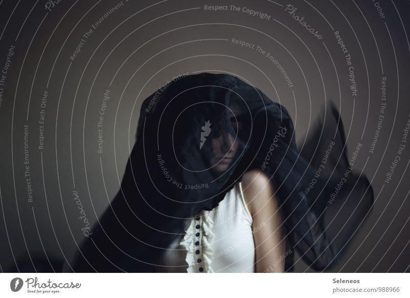 Trauer tragen Mensch feminin Frau Erwachsene Kopf 1 dunkel Traurigkeit Schmerz Einsamkeit Farbfoto Gedeckte Farben Innenaufnahme Bewegungsunschärfe Porträt
