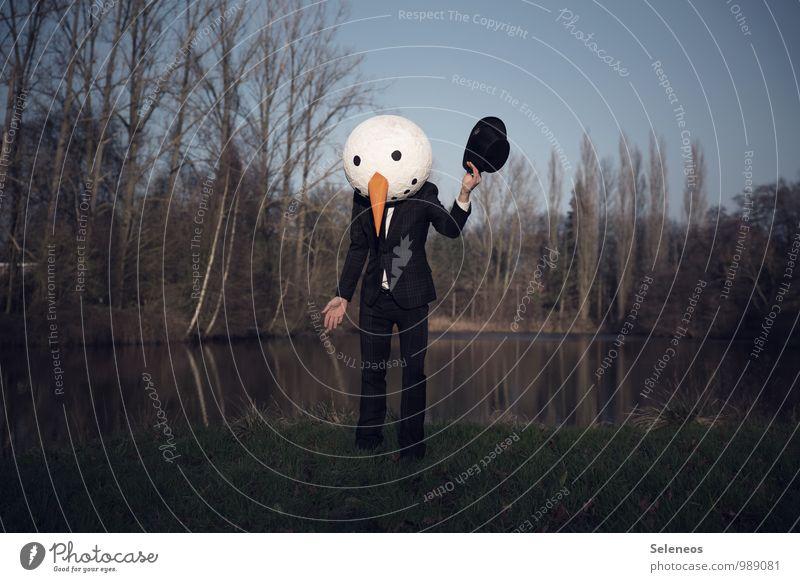 Schneemann Karneval Mensch maskulin Mann Erwachsene 1 Winter Park Seeufer Bekleidung Anzug Hut Zylinder skurril Surrealismus Begrüßung Farbfoto Außenaufnahme