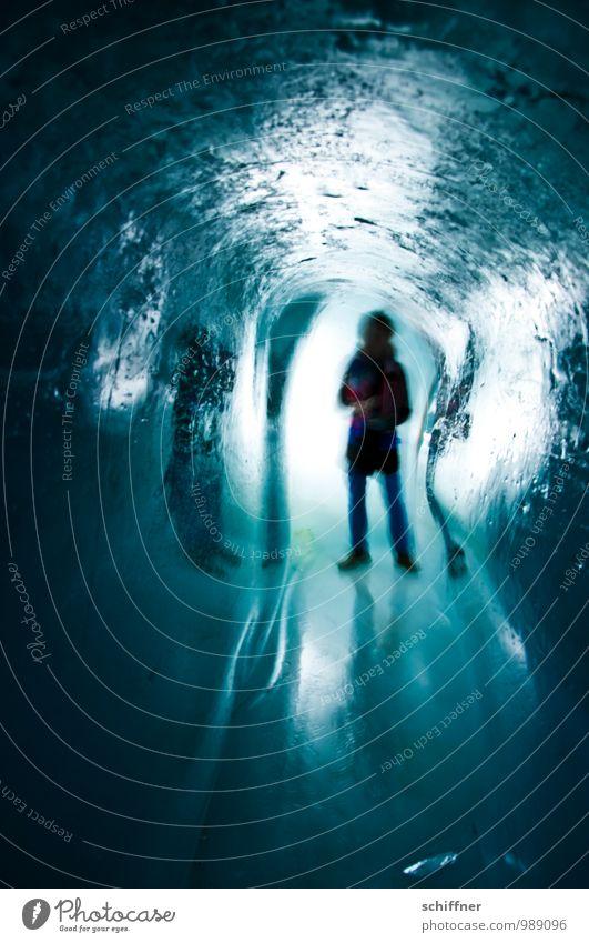 Retro   Ice Age Mensch 1 Eis Frost stehen dunkel kalt blau schwarz eng Höhle Eishöhle strahlend Erscheinung unheimlich Bewegungsunschärfe Reflexion & Spiegelung