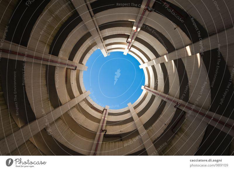 Parkhaus Wolkenloser Himmel Mauer Wand Fallrohr Regenrohr Verkehrswege Linie Spirale Punkt Unendlichkeit hoch oben unten blau grau Neugier träumen Fernweh