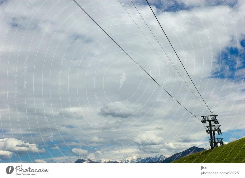 Sommerpause Sesselbahn Draht 3 Berghang Gras Wolken schlechtes Wetter Seil Berge u. Gebirge hoch oben aufwärts Strommast Himmel
