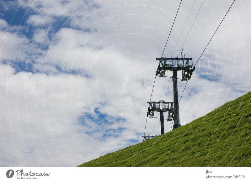 Sommerpause II Sesselbahn Draht 3 Berghang Gras Wolken schlechtes Wetter Seil Berge u. Gebirge hoch oben aufwärts Strommast Himmel