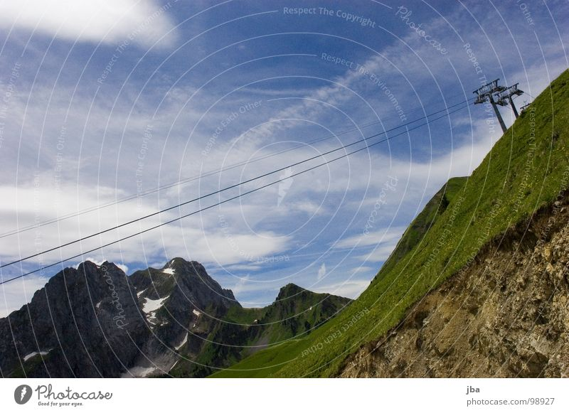 Sommerpause III Sesselbahn Draht 3 Berghang Gras Wolken schlechtes Wetter steil Demontage Seil Berge u. Gebirge hoch oben aufwärts Strommast Himmel Felsen