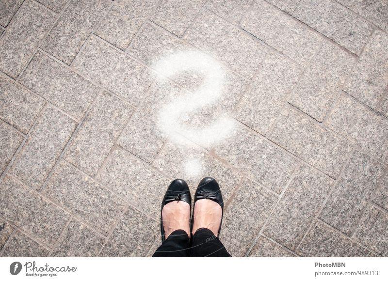 Und was kommt jetzt? Bildung Erwachsenenbildung Berufsausbildung Fuß Zeichen Schriftzeichen Fragezeichen Denken grau schwarz weiß Interesse Zukunftsangst