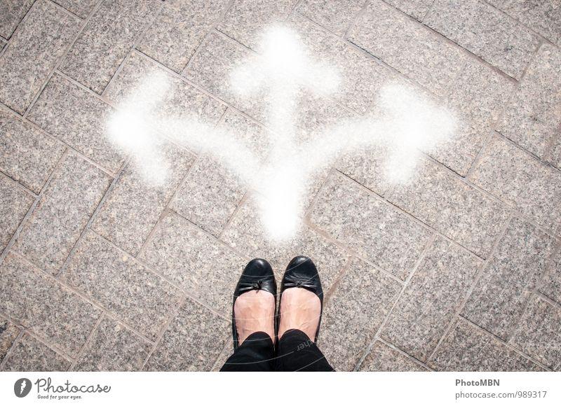 Wohin gehts jetzt? Mensch Jugendliche weiß 18-30 Jahre schwarz Erwachsene feminin grau Denken Fuß Perspektive Studium Wandel & Veränderung Zeichen planen
