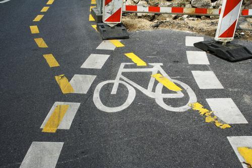 Baustelle Fahrrad Fahrbahn Strichellinie Umweg Umleitung Öffentlicher Personennahverkehr Unfall Unfallgefahr Wachsamkeit Straßenverkehr Verkehrsunfall