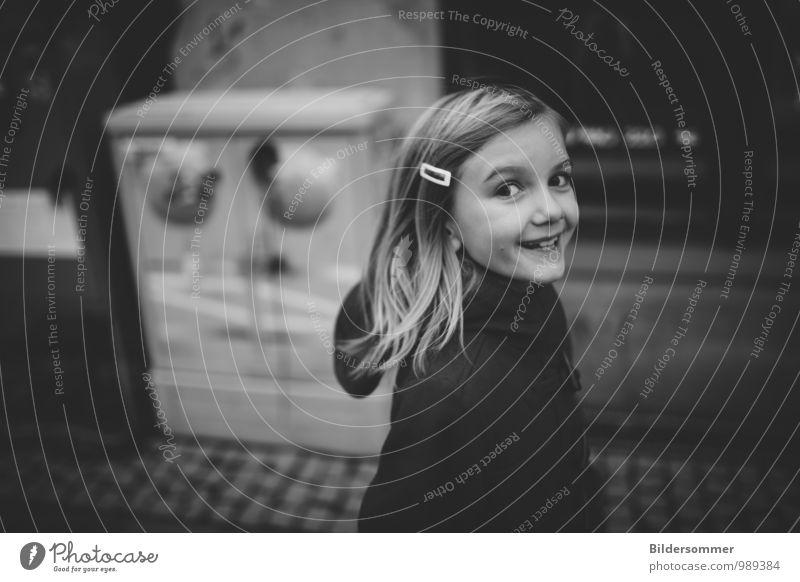 Happy Monday! Mensch feminin Kind Mädchen Kindheit 1 3-8 Jahre blond gehen lachen Blick leuchten authentisch Fröhlichkeit schön niedlich grau schwarz weiß