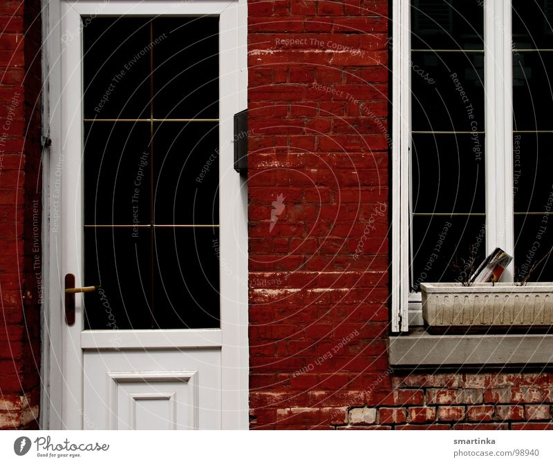 Rot / Weiss Eingang Fenster Fassade kaputt verfallen Frankreich Häusliches Leben Tür Rote Ziegel verwaister Blumenkasten Einsamkeit