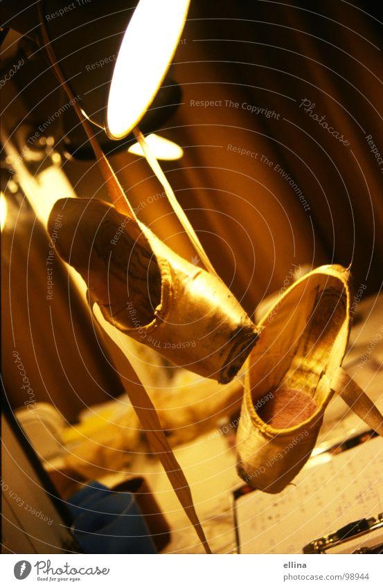 prima Ballerina gelb Lampe feminin Musik Wärme Schuhe Stimmung Tanzen Kunst Tanzveranstaltung gold ästhetisch Kultur Physik Show Leidenschaft