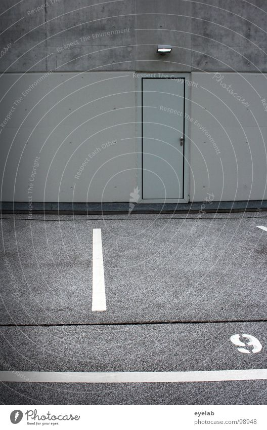 _|_[]9` Parkhaus rund Etage Kosten Streifen grau mehrstöckig Garage KFZ Verkehr Tag Beton Stahl Einfahrt Eingang Ausgang leer Platz weiß Typographie Text