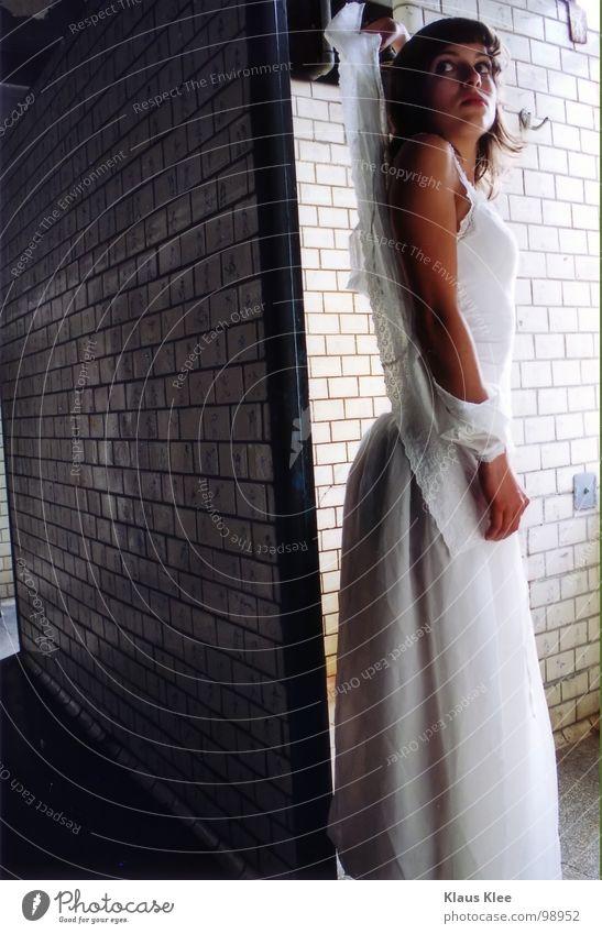 TO SEARCH THE REFLEXION OF A MONSTER Frau schmollen Augenbraue Unschärfe Kleid weiß schwarzhaarig Hundeblick Trauer Angst Wut winzig Vogelperspektive